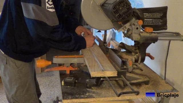 midiendo el lugar donde cortar la madera de palets