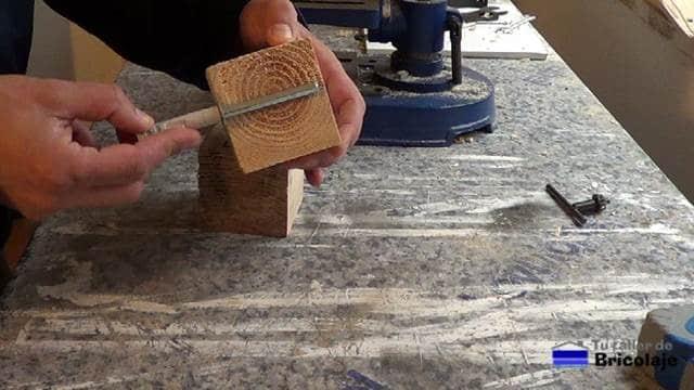 presentando el soporte oculto en los tacos de madera de palets