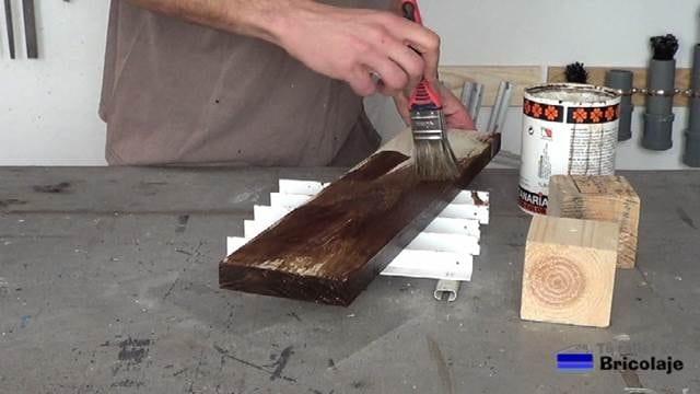 aplicando tinte a la madera de palets