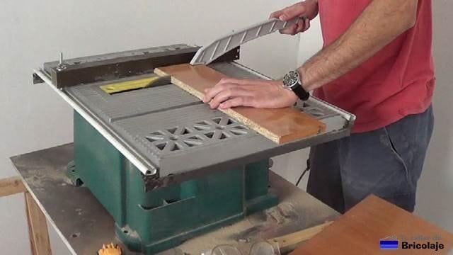 cortando la madera para fabricar la repisa de madera