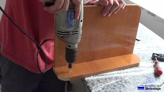 perforando los agujeros para sujetar la repisa a la pared
