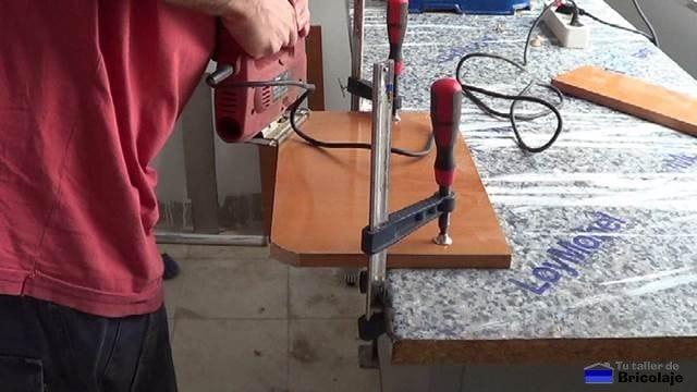 cortando con la caladora la esquina para dejarla redonda