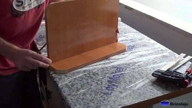 marcando el lugar donde colocar una madera sobre la otra
