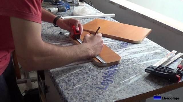 marcando para taladrar la madera para sujetar una a la otra