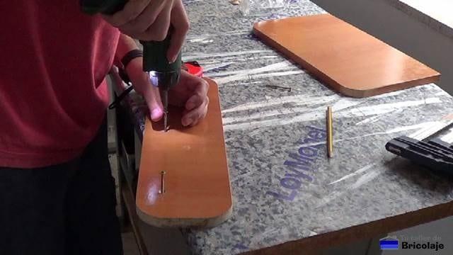 atornillando los tornillos para una perfecta unión de las piezas