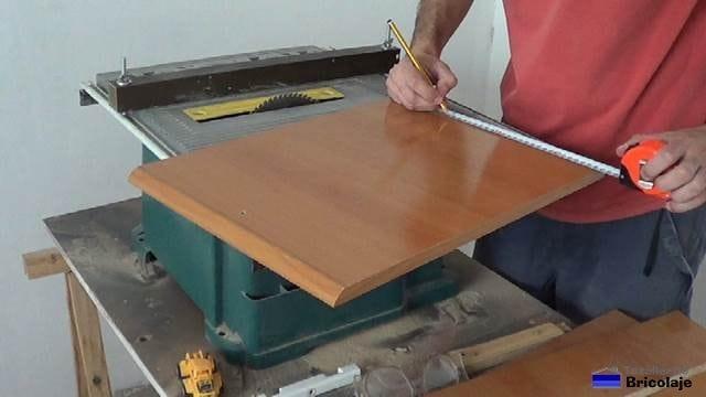 marcando el lugar por donde cortar la madera