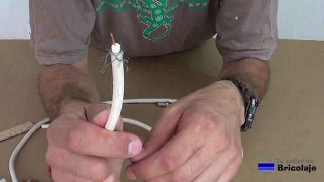 preparando el cable para colocar el conector tipo f