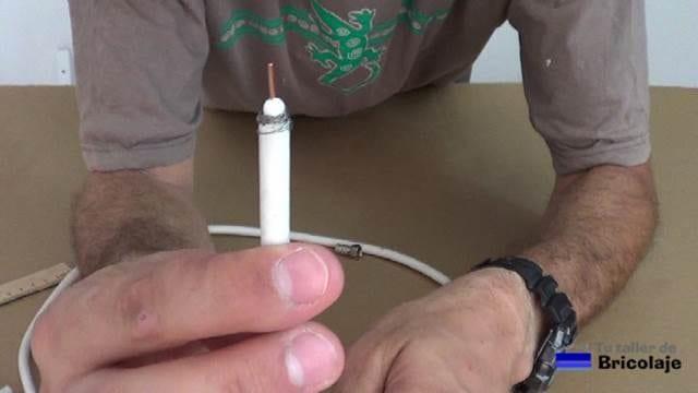 cable coaxial preparado para colocarle el conector tipo f