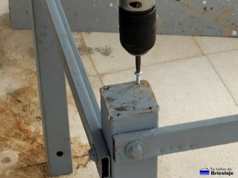 haciendo camino a los tornillos con la ayuda de un tornillo y atornillador