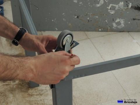 marcando con un lápiz el lugar donde perforar