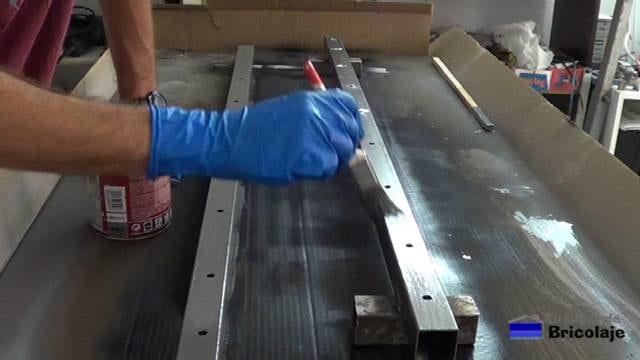 dando fondo para hierro a los sargentos para ayudar a encolar madera