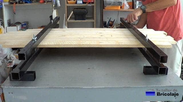 colocando los tornillos para realizar la presión sobre las maderas a unir