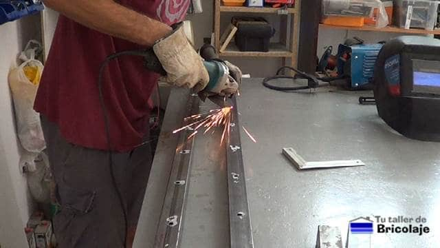 retirando las rebabas generadas por las brocas de hierro para realizar los agujeros