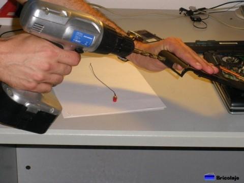 taladrando la carcasa donde colocar el conector