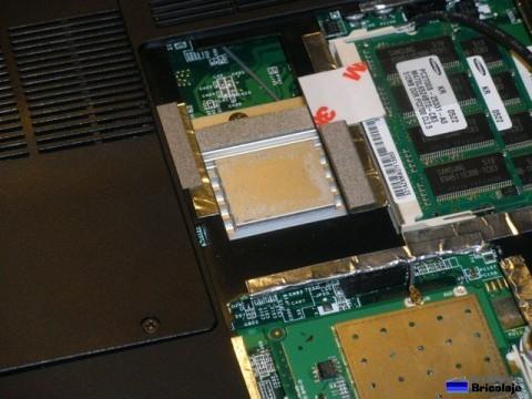 llevando el cable del conector externo hacia la tarjeta inalámbrica de la wifi del portátil