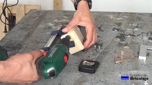 abriendo agujeros avellanados para sujetar el soporte para el smartphone