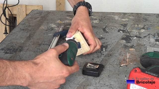 sujetando las partes que forman el soporte para el smartphone con tornillos