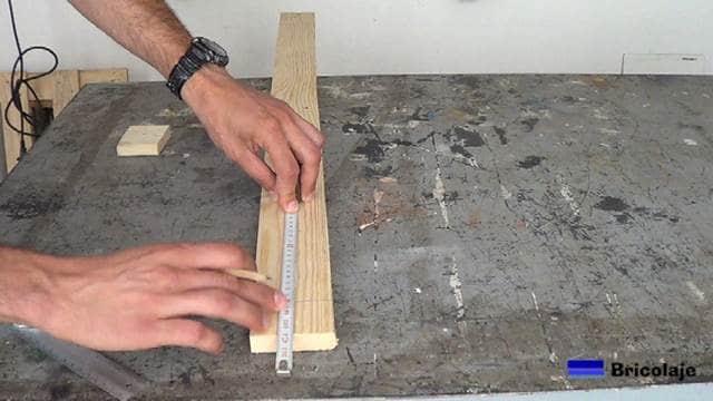 marcando en la madera de palet para realizar los cortes