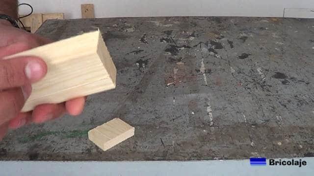 corte en ángulo de la pieza de madera donde apoyará el smartphone