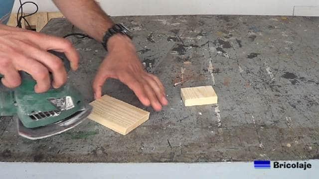 lijando la madera que formará el soporte para el smartphone