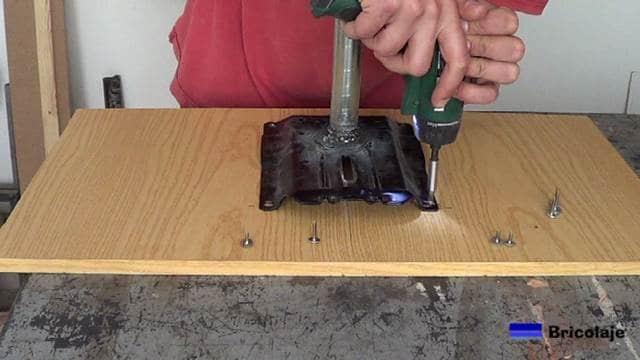 insertando los tornillos en la cubierta