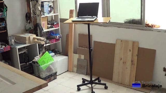 Cómo convertir una silla con ruedas en una mesa