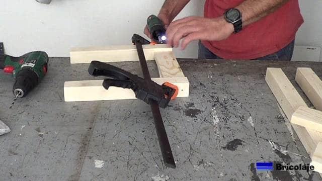 atornillando para hacer las patas delanteras de la silla de madera para niños con tornillos