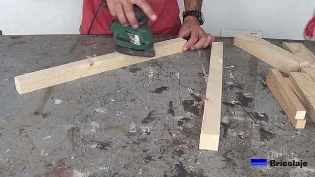 lijando la madera para hacer la silla para niños con tornillos