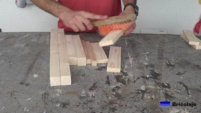 limpiando la madera para hacer la silla de madera para niños con tornillos