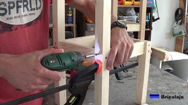colocando tornillos de montaje para hacer la silla