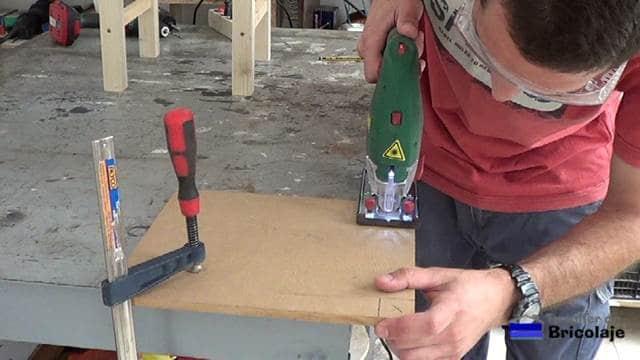 cortando las marcas realizadas en el asiento con la caladora
