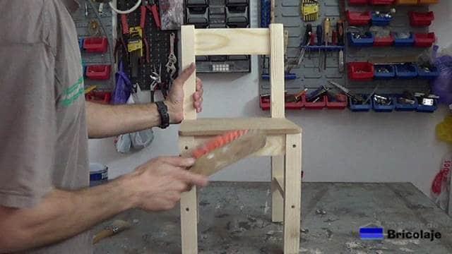 limpiando la silla del polvillo generado por el proceso de lijado