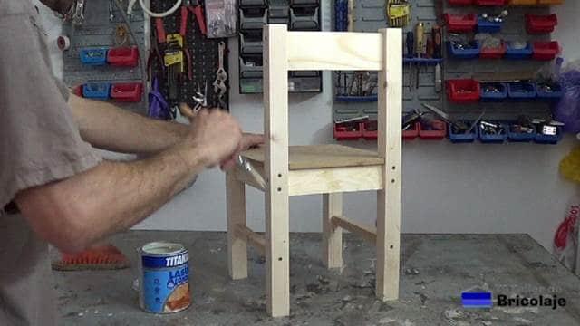 aplicando tapaporos al agua a toda la silla