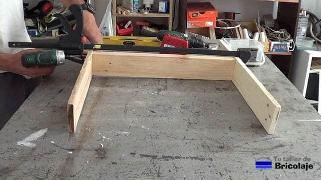montando las patas de la silla de terraza de palets
