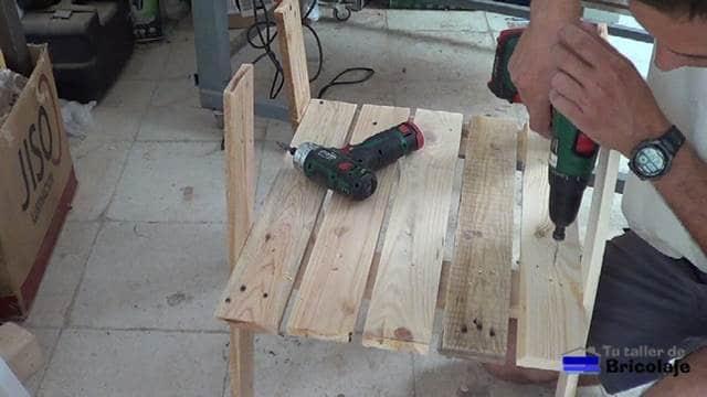 colocando el asiento de la silla de terraza