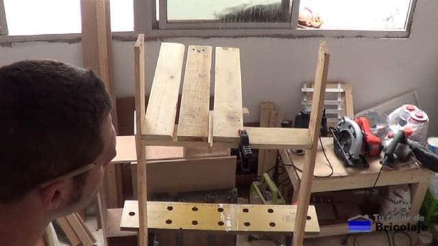 presentando los listones que formarán el asiento de la silla de terraza