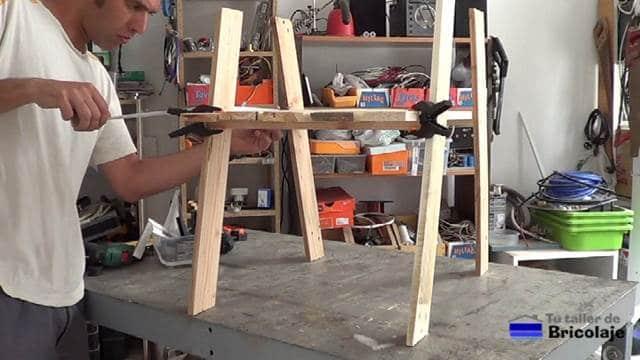 presentando las patas delanteras de la silla de terraza