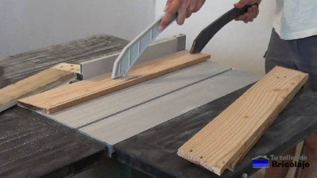 cortando la madera para hacer la silla de terraza