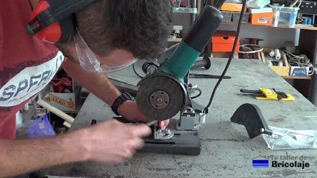 ajustando el sistema de corte en grados en la base de la amoladora o radial