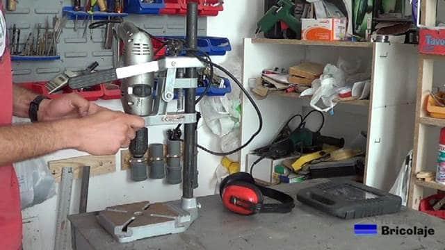 sujetando el taladro al soporte para convertirlo en taladro de columna