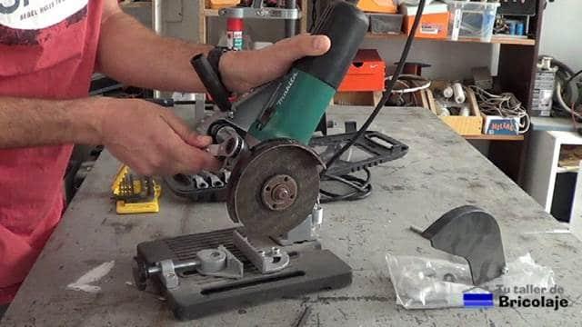 sujetando la amoladora o radial al soporte