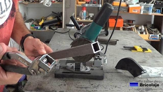 corte realizado al cuadradillo de 20 x 20 mm con el soporte para la amoladora o radial