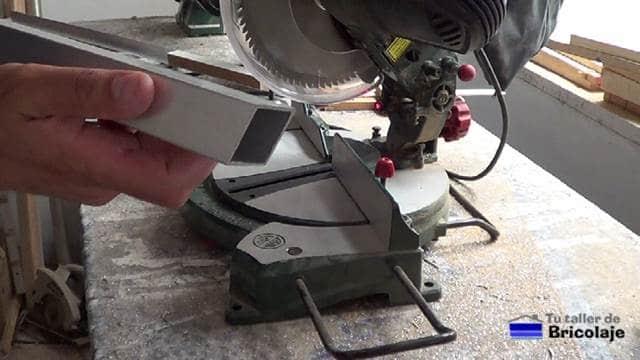 cortando el cuadradillo de aluminio a 17º