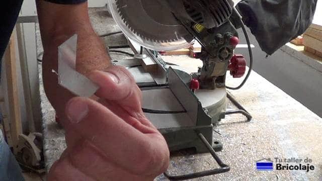 trozo de ángulo para sujetar la pata a la base del soporte