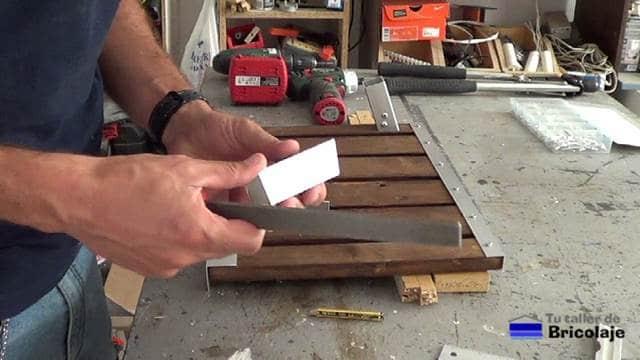 limando las zonas de corte en el aluminio