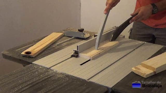 preparando la madera para realizar la base del soporte del portátil o netbook