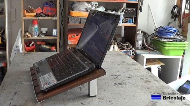 probando el soporte o la base para el portátil o netbook