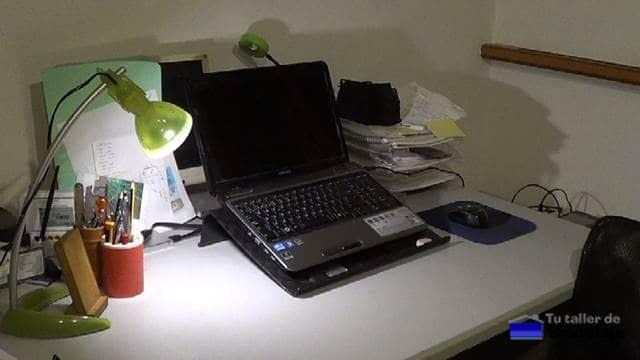 viejo soporte de plástico para el portátil o netbook