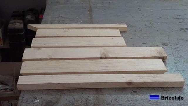 restos de madera de palet para realizar la base para el portátil o netbook
