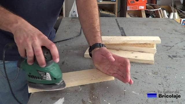 lijando la madera de palet con lija de grano medio
